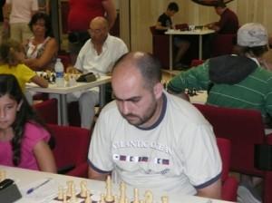 Un concentratissimo Borghetti davanti alla scacchiera