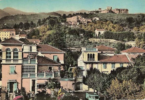 la fortezza domina sulla cittadina