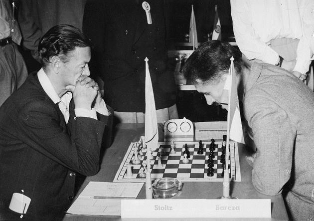 col Nero, concentratissimo, il Grande Maestro ungherese Gedeon Barcza