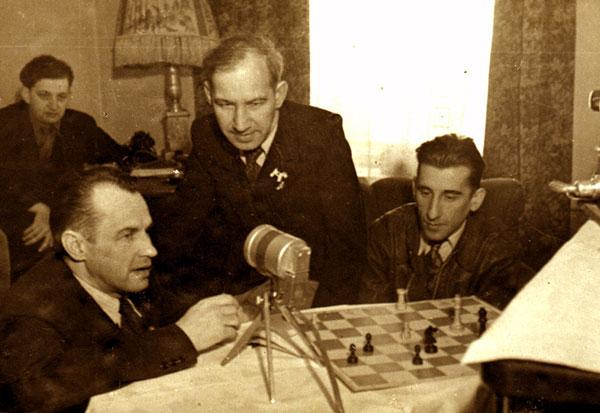 Grandi Maestri sovietici in una radiocronaca scacchistica