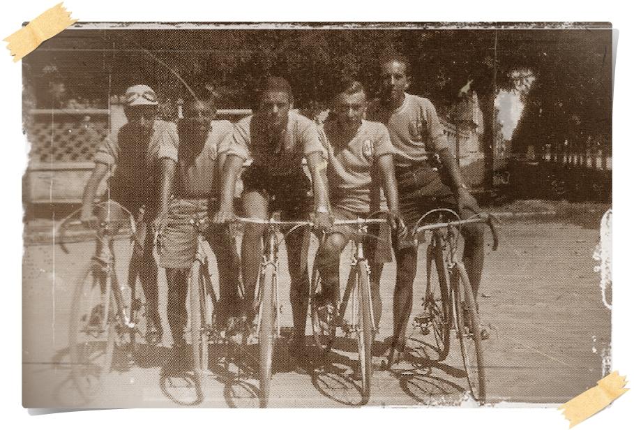 1941. I ciclisti di piazza Mentano sono: F. Cacciatore, E. Banchero, P. Rasore, G. Nava e P. Piazza.