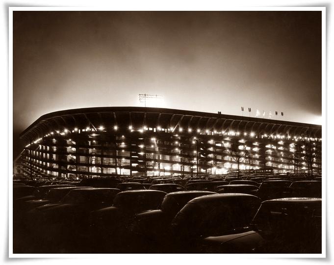 Lo stadio di San Siro a MIlano nel 1965: fu inaugurato nel 1926 e fu di proprietà della squadra del Milan fino al 1935, quando venne ceduto al Comune di Milano: dal 1947 divenne anche lo stadio dell'Inter che fino ad allora aveva giocato all'Arena Civica. Nel 1980 lo stadio fu intitolato al calciatore Giuseppe Meazza, che aveva giocato per quindici anni con l'Inter e due col Milan. (Keystone/Getty Images)