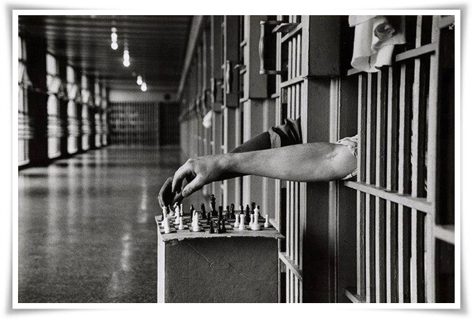 chess-in-jail-00